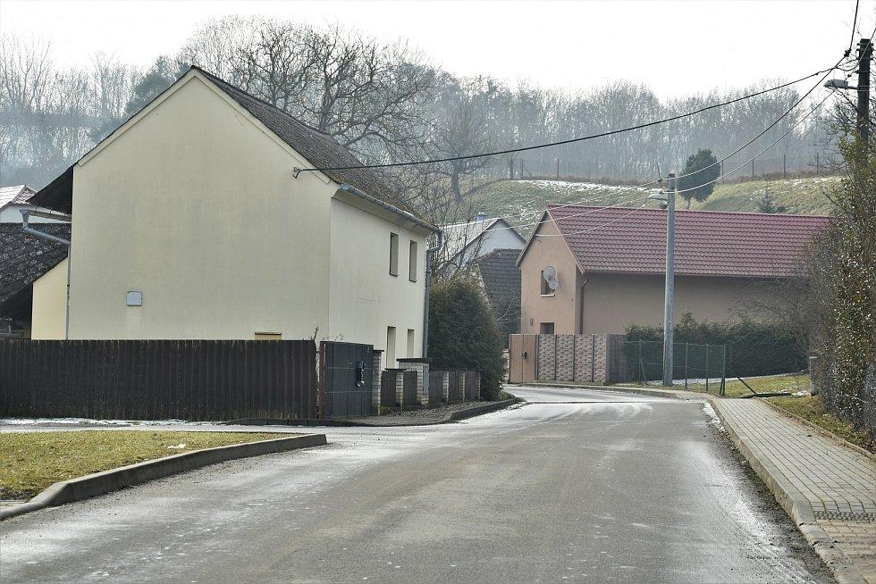 Cesta vedoucí z Mladče do Sobáčova, pohled od obecního úřadu