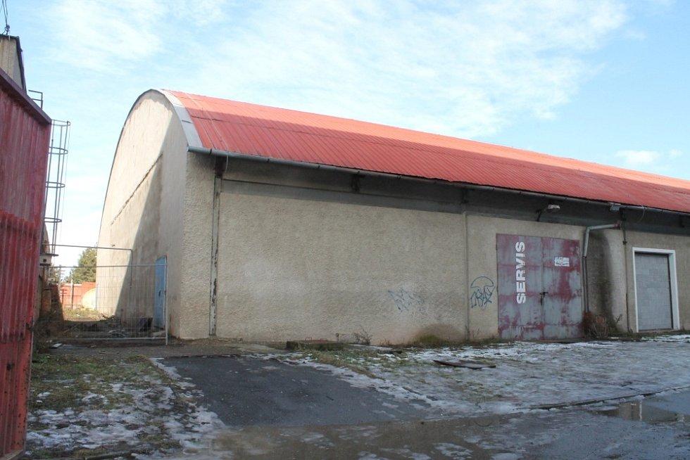 Tzv. malá hala vedle zimního stadionu už dávno bruslařům neslouží