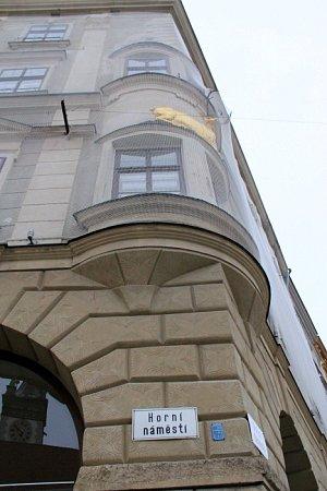 Rohový dům UZlatého jelena kvůli špatnému stavu fasády obepnula síť