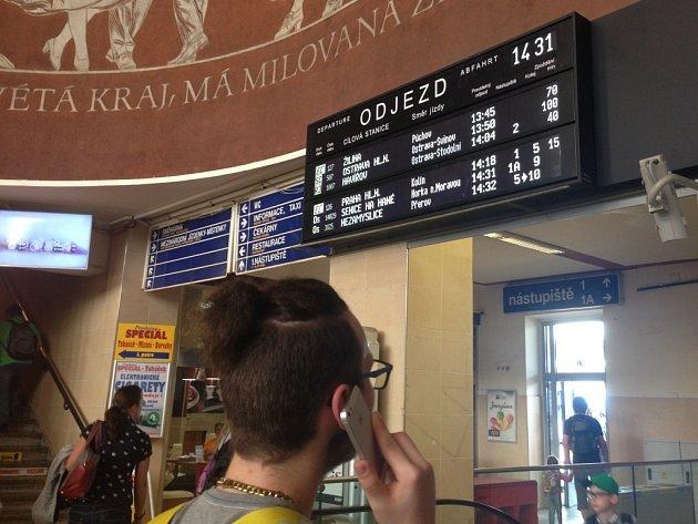 Zpoždění vlaků na olomouckém hlavním nádraží, kvůli tragédii na kolejích uMohelnice