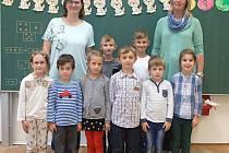 Žáci 1. třídy ZŠ a MŠ Střeň s třídní učitelkou Martinou Podolovou a asistentkou pedagoga Zuzanou Frankovou