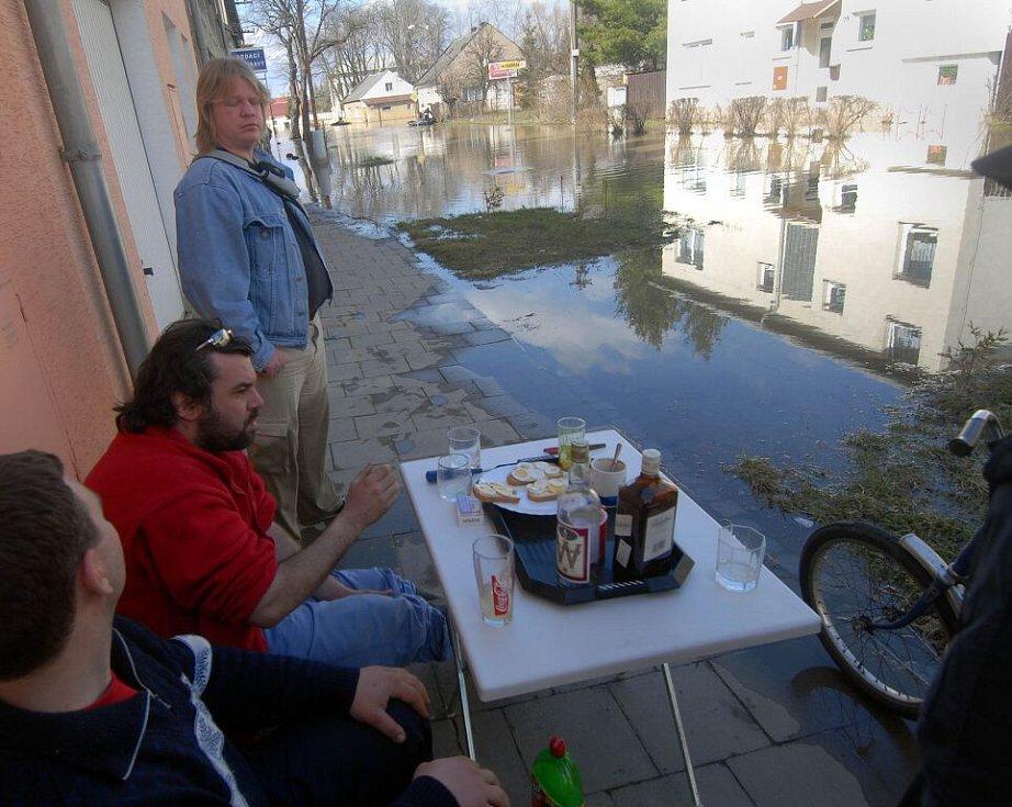 Neděle 2. dubna 2006. Obyvatelé Černovíra sledují z toho mála místa, kam se dá vkročit suchou nohou, zaplavené ulice