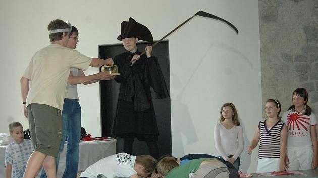 Úvod opery zachycuje vyléčení nemocného Mozarta pomocí zázračných olomouckých syrečků.