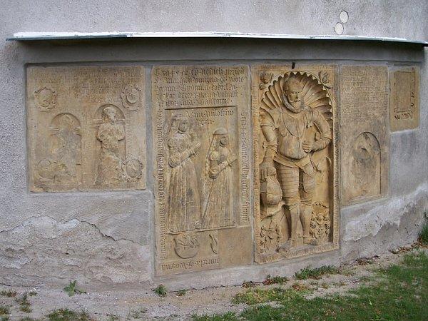 Na vnější zdi kněžiště farního kostele sv. Jakuba Většího vDrahanovicích je soubor šesti náhrobních a pamětních desek zmaletínského pískovce a jejich vznik se datuje na polovinu 16.století.