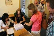 Členové iniciativy Olomouc bez hazardu při odevzdáním podpisů na podatelně.