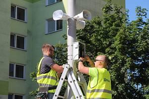 Montáž moderních hlásičů varovného systému ve Werichově ulici v Olomouci v červenci 2019.
