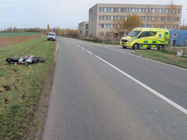 Policie žádá o pomoc při hledání řidiče bílého vozu, který zavinil nehodu motorkáře.