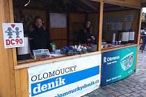 Redaktoři, grafici, editoři, šéfredaktoři. Všichni, kdo pro vás každý den připravují Olomoucký deník, vám dnes ve stánku Dobré místo pro život na Horním náměstí připraví i výtečný punč.