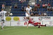 Olomoučtí fotbalisté (v červeném) remizovali se Slováckem 0:0Patrik Šimko (v bílém uprostřed), Václav Jemelka (v červeném)