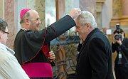 Olomoucký arcibiskup Jan Graubner uděluje ve svatokopecké bazilice prezidentu Zemanovi znamení popelce