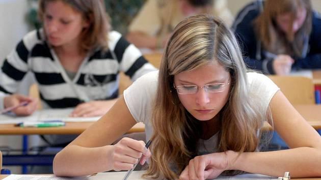 Celostátní scio testy se snaží rozlousknout jedna z uchazeček o studium na olomouckém Slovanském gymnáziu.