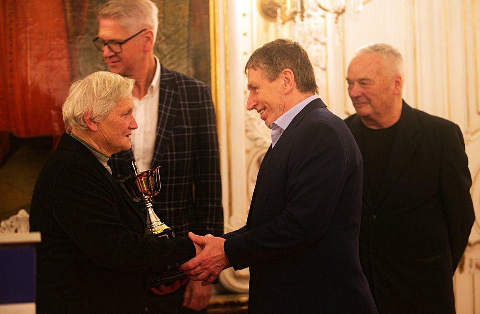 Jiří Teplý (druhý zprava) převzal Cenu Drahoše Válka