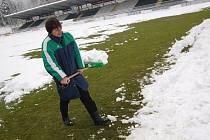 Pokud už nebude sněžit, měl by být trávník jabloneckého stadionu připraven na návštěvu Sigmy dobře.