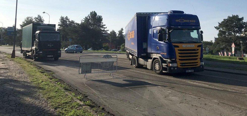 Oprava vytíženého průtahu ve šternberské Věžní ulici začala. Někteří řidiči zazmatkovali a vjeli do zákazu.