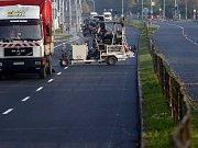 Velkomoravská ulice na městském průtahu Olomouce dostala nový tzv. tichý asfalt