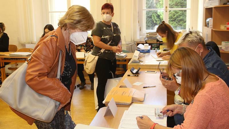 První voliči přicházejí k volbám do ZŠ Komenium v Olomouci. 8. října 2021