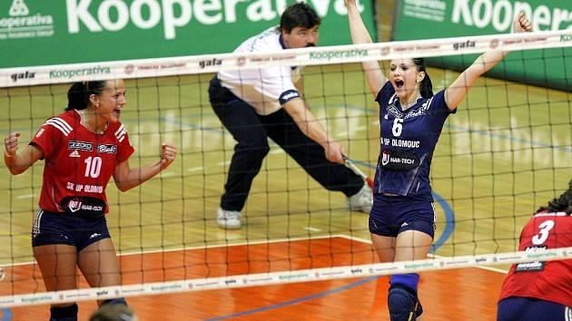Hana Maléřová (vpravo) a Monika Dedíková se radují z úspěšného míče.