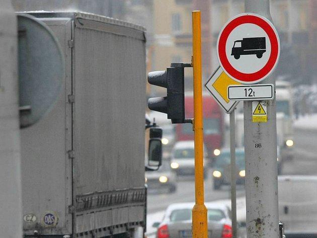 Zákaz vjezdu těžkých náklaďáků do Foerstrovy ulice