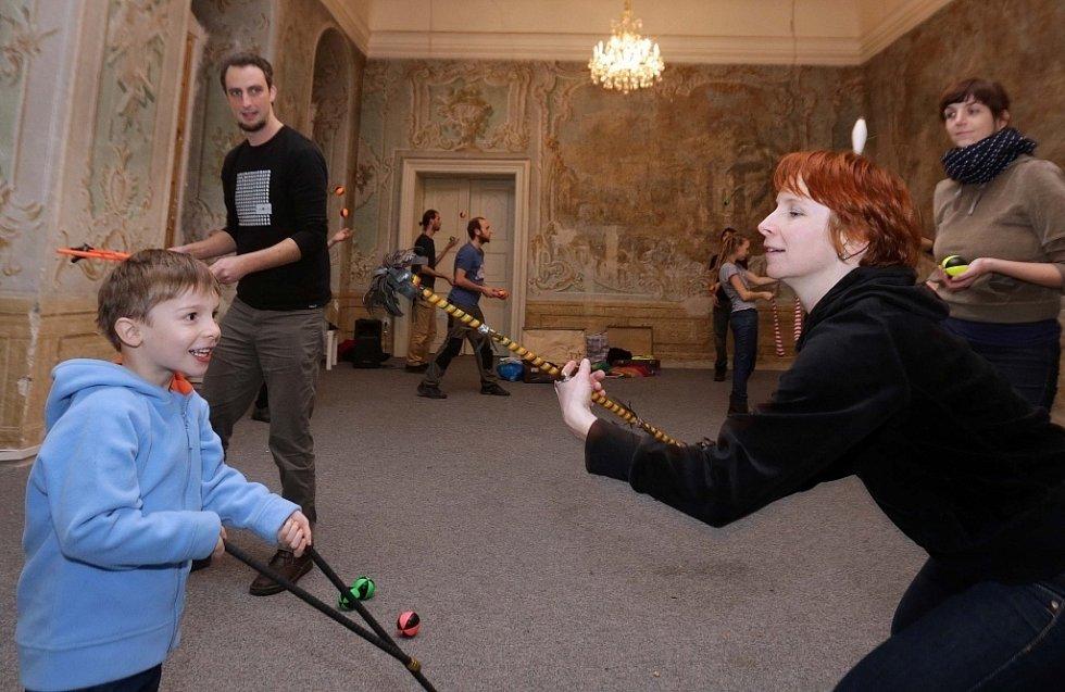 Výuka žonglování na živo - návštěva otevřeného tréninku olomouckého Cirkusu LeVitare