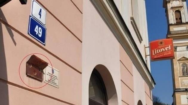 Vandal ve Šternberku poničil tabulky na významných domech, město po něm pátrá