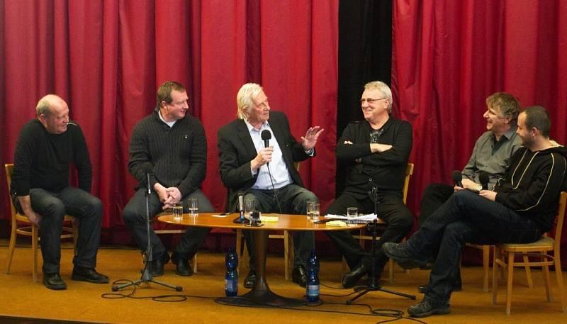 Leoš Kalvoda, Pavel Vrba, Karel Brückner, Petr Uličný. Beseda slavných fotbalových trenérů z Hané v kině ve Velkém Týnci