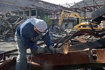 Bourání zchátralé stavby mezi zimním stadionem a letadlem