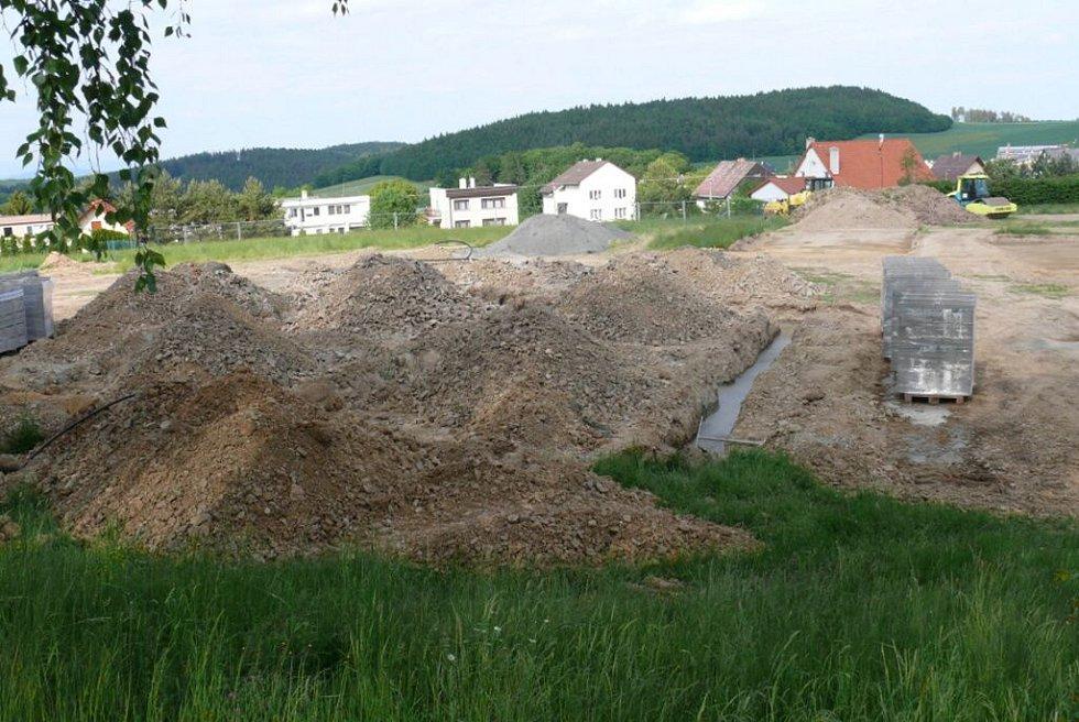 Stavba sportovního areálu v Bouzově