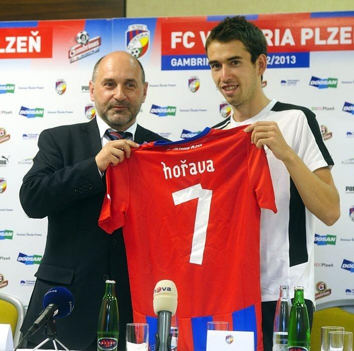 Nová posila FC Viktoria Plzeň Tomáš Hořava a majitel klubu Tomáš Paclík