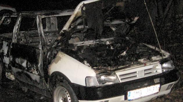 Vyhořelý Fiat Uno nalezený u Domašova
