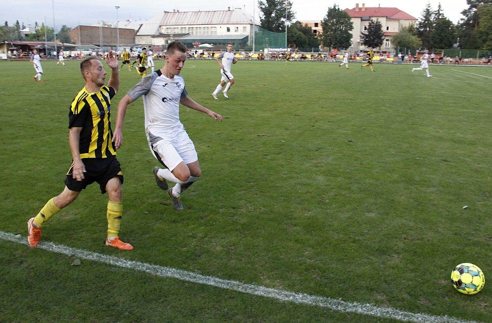 Fotbalisté Nových Sadů prohráli s týmem Holice (v bílém) 1:2.