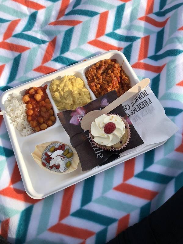 Degustační talíř z food trucku Globus sestával z rýže, massaman kari, čočkového dhalu, chana masala a chia dezert. Na tácku je ještě jeden dezert: malinový cupcake z Nebeských dortíčků.