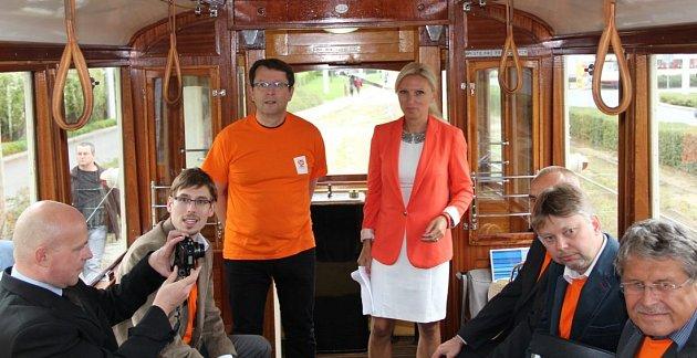 Olomoucká ČSSD odstartovala kampaň před komunálními volbami vhistorické tramvaji