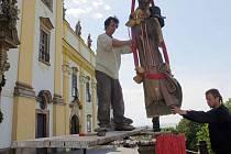 Demontování soch přes bazilikou na Svatém Kopečku