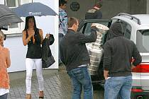 David Krejčí nakládá Stanley Cup do auta před domem svých rodičů ve Šternberku,  přítelkyně Naomi (vlevo) na vše dohlíží