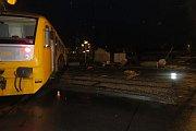 Nehoda osobního vlaku a nákladního vozidla.