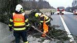 K popadaným stromům a uvolněným střešním krytinám, které způsobuje silný vítr, před kterým varovali meteorologové, vyjížděly v průběhu soboty 17. března jednotky profesionálních a dobrovolných hasičů Olomouckého kraje.