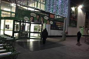 Pět minut před 7.hodinou bylo před oběma vchody do Globusu jen pár lidí. Od půl osmé už se hrnuly desítky zákazníků.
