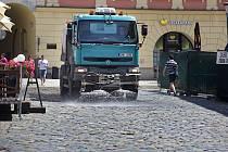 Kropení ulice v Olomouci.