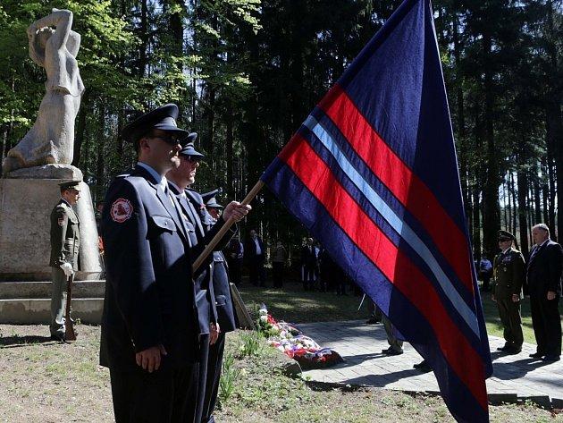 Více než dvě stovky lidí se v sobotu dopoledne zúčastnily pietní vzpomínkové akce v lokalitě Kyjanice nedaleko Tršic na Olomoucku. Před 70 lety tam příslušníci gestapa a prapor Vlasovců zaživa upálili 19 mužů ze Zákřova, místní části Tršic.