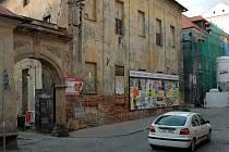 Areál barokního pivovaru z Lafayettovy ulice.