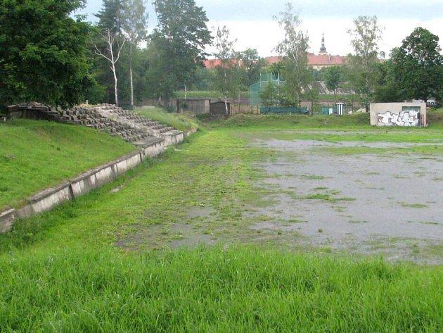 Zchátralý sportovní areál u olomoucké sokolovny