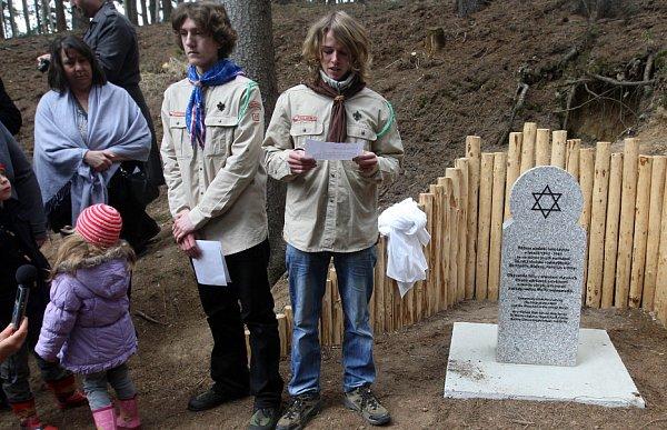 Odhalení pomníku židovské rodině Wolfových, které se spomocí místních skrývali za války uTršic Olomoucku