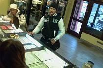 Krádež řetízků ze zlatnictví v Masarykově ulici v Uničově - dvojice zlodějů