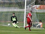 Fotbalisté Uničova porazili Mohelnici (v bílém) 4:0