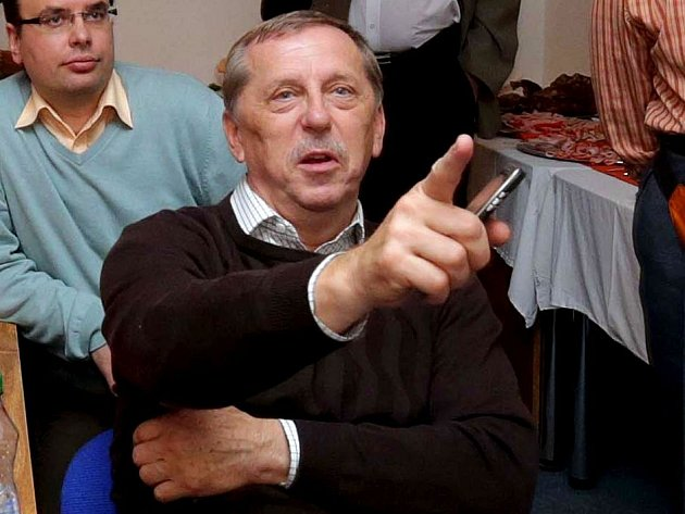 Senátor Martin Tesařík sleduje výsledky voleb ve štábu ČSSD v Panské ulici v Olomouci