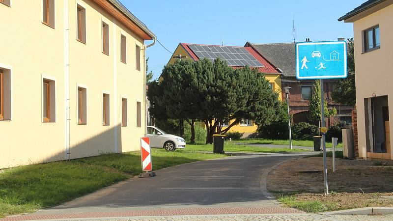 Bukovany. V obci postupně opravují místní komunikace, chodníky a veřejné osvětlení.