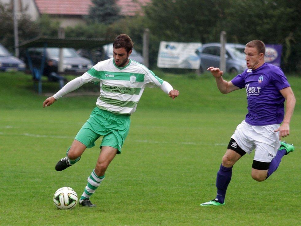 Fotbalisté Chválkovic (v zelenobílém) proi Velkým Losinám