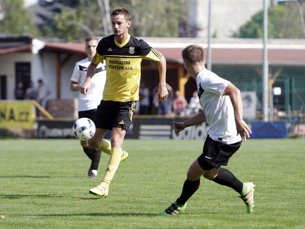 Olomoucký divizní tým Nové Sady (ve žlutém) podlehl rezervě Opavy 1:3. David Škoda (u míče).