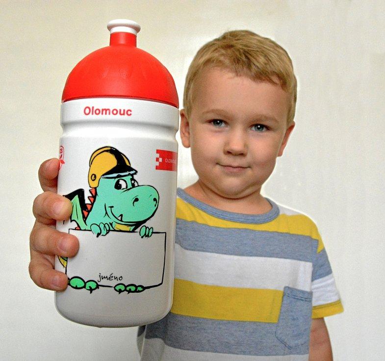 Zdravou láhev se speciálním potiskem obdrží v pondělí všichni olomoučtí prvňáčci.