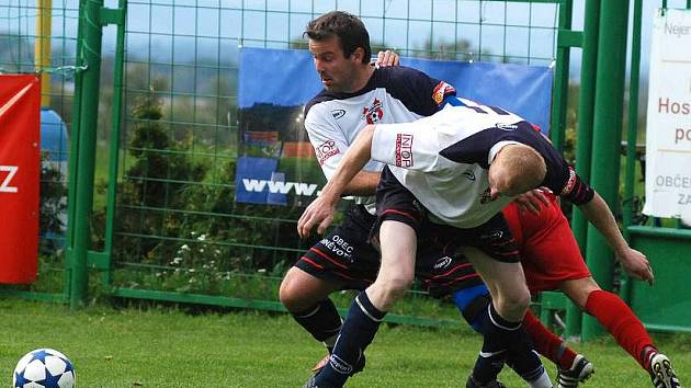 Fotbalisté Hněvotína (v bílo-černém)